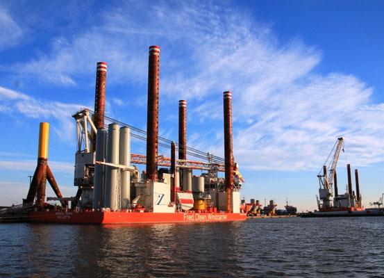 """Abbildung 6: Errichterschiffe der 3. Generation """"Bold Tern"""" und Schwester werden in Bremerhaven  beladen (Foto Dr. Hochhaus)"""