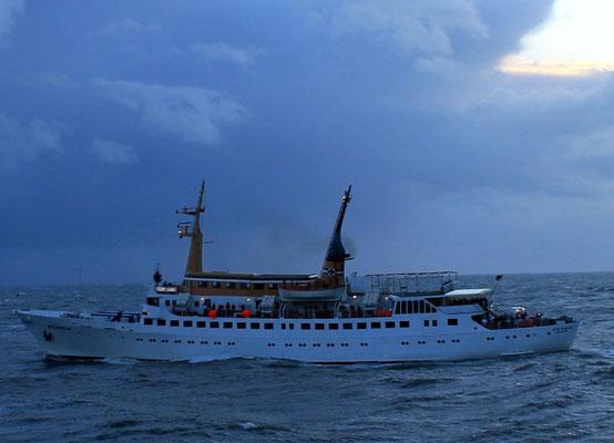 """Jungfernfahrt nach Helgoland, Begegnung mit der """"Atlantis"""", das bisherige Helgolandschiff von Cassen Eils"""