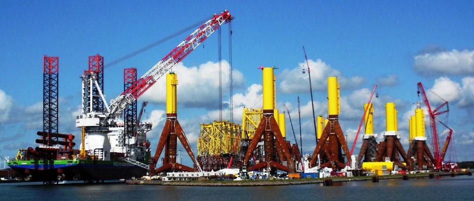 """Abbildung 4: Vom Errichterschiff  """"Innovation"""" werden in Bremerhaven Tripods geladen (Foto Dr. Hochhaus)"""