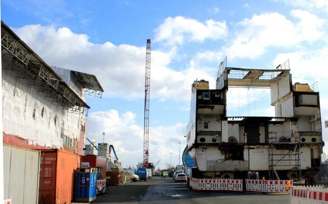 Ostfriesland,  im März 2015 eingerüstet, rechts das alte Hinterschiff (Foto Dr. Hochhaus)