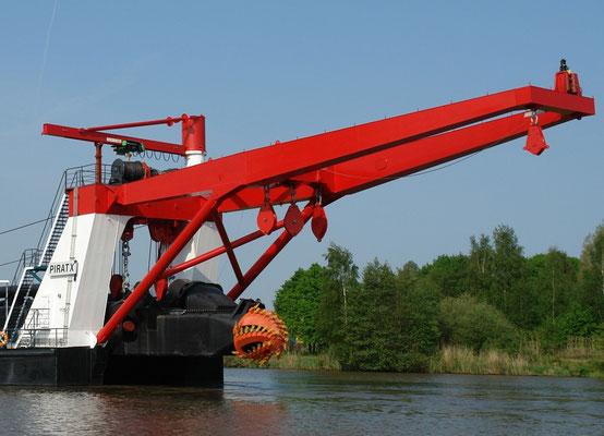 """Abbildung 7: Teilansicht von dem Schneidkopfsaugbagger """"Pirat X"""", der  von der Firma Bunte gebaut wurde und auch betrieben wird (Quelle J. Bunte, Papenburg)"""