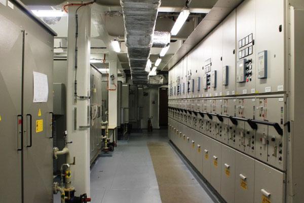 Abbildung 7: Rechts befindet sich eine der zwei 6.600 Volt Mittelspannungs-Schalttafeln, links befinden sich Transformatoren (Foto Dr. Hochhaus).