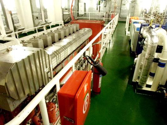 Abb. 4: Vier Schiffs-Dieselgeneratoren erzeugen den Strom (Foto Dr. Hochhaus)