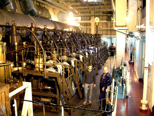 Abbildung 1: Zylinderstation eines langsamlaufenden Schiffsdiesel-Zweitaktmotors (Foto Albers)