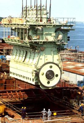 Werftseitiger Einbau eines Zweitakt-Dieselmotors (Quelle Sietas Werft)