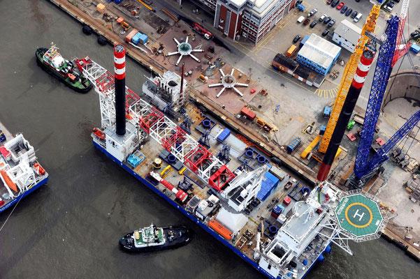 """Abbildung 1: Einsetzen der Hubbeine beim RWE-Errichterschiff """"Victoria Matthias"""", in der Mitte oben liegen zwei sternförmige Hubbrillen (Quelle Lloyd Werft)"""