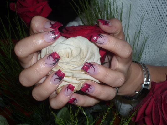 Schöne gepflege Nägel und Hände mit Naildesign in rot, im Nagelstudio Mauri Beauty in Mehlsecken, Reiden. Nähe Dagmersellen, Wikon, Brittnau, Strengelbach, Zofingen, Oftringen, Rothrist