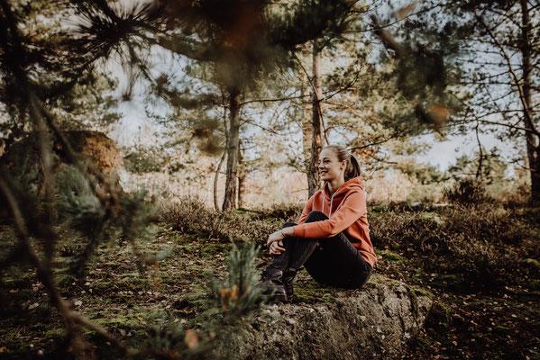 Portraitfoto von junger Frau in draußen im Wald in Kreuzau von Portraitfotografin Uschi Kitschke aus Kreuzau.