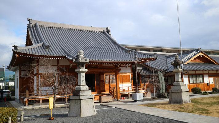 本堂と裏手の建物は中央仏教学院( 本願寺派僧侶養成専門校)