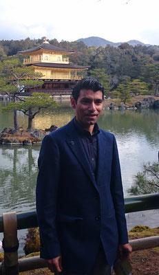 鏡湖池(きょうこち)北側の畔の金閣寺