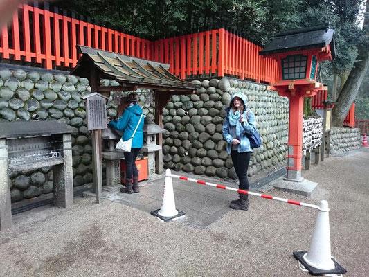 伏見稲荷神社「おもかる石」の祈願占い