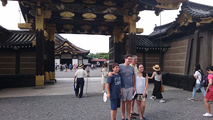 Chinese-style gate of the entrance to Ninomaru Palace