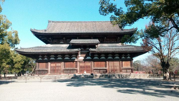 金堂・薬師如来坐像と日光菩薩、月光菩薩の両脇侍像安置