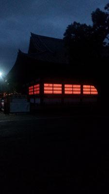 夜間、早朝には幻想的な食堂(じきどう)