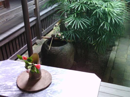 退蔵院本堂雪隠前庭