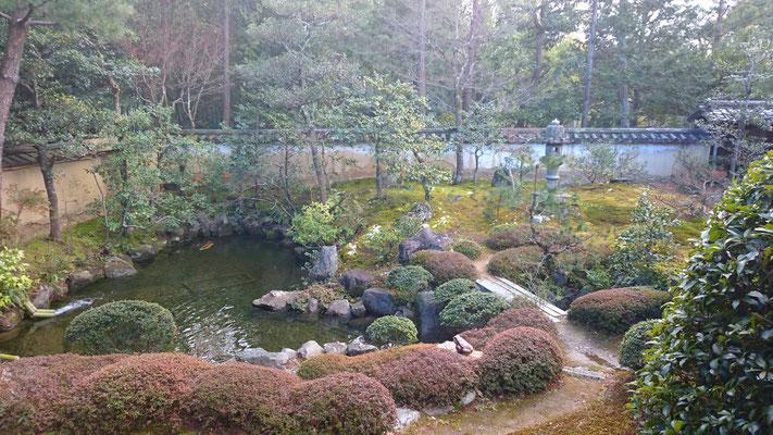 枯山水庭園の横の池泉庭園