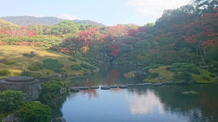 築山式の池泉回遊式庭園 若草山借景