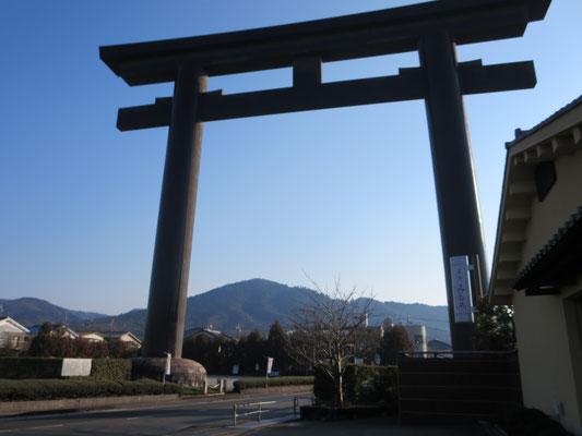 大神神社鳥居 拝見の山は三輪山(ご神体)
