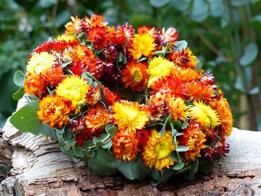 Strohblumenkranz mit orangenen Strohblumen und Eukalyptus