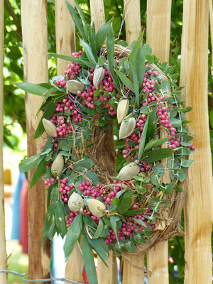 Weinrebenkranz mit rosa Pfeffer und Mandeln