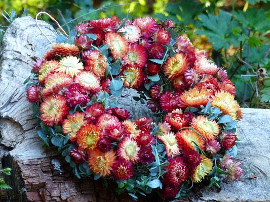 Strohblumenkranz mit aprikosen Strohblumen und Eukalyptus