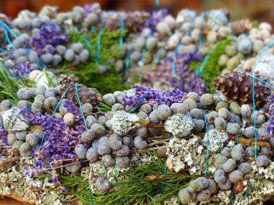 Herbstlicher Naturkranz mit Zapfen, Datteln, Lavendel, Eukalyptus und Wacholder.