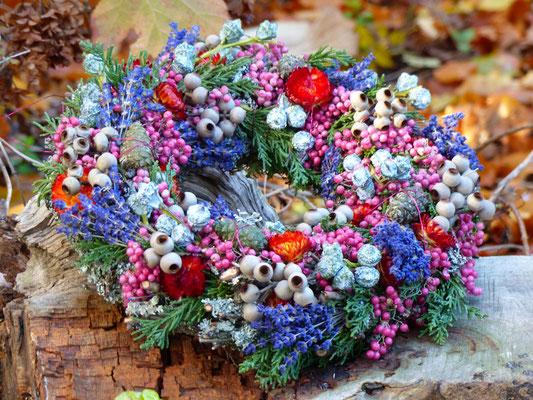 Winterlicher Naturkranz mit Zapfen, Strohblumen und Lavendelblüten