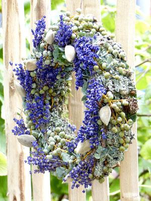 Lavendelkranz mit Mandeln und Datteln