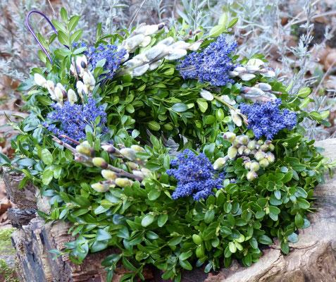 Buchsbaumkranz mit Weidenkätzchen und Lavendelblüten