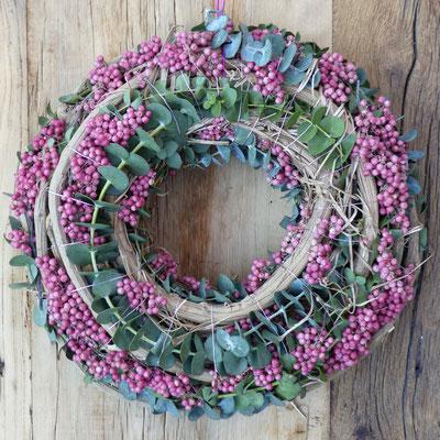 Weinrebenkranz mit rosa Pfefferbeeren und Eukalyptus