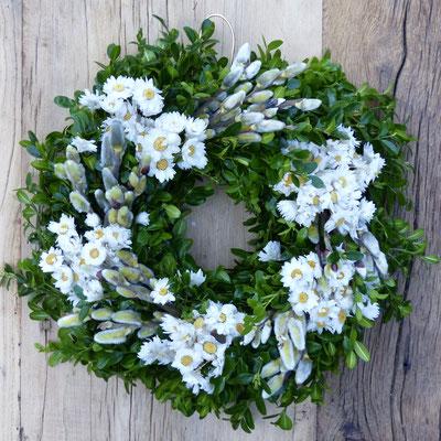 Buchsbaumkranz mit Weidenkätzchen und weißen Rhodantheblüten