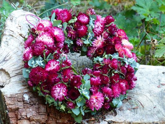 Strohblumenkranz mit dunkelpinken Strohblumen und Eukalyptus