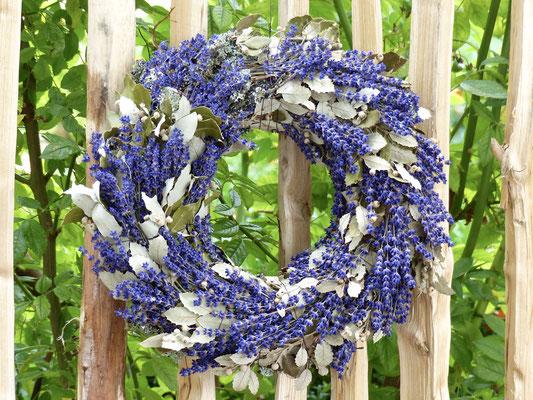 Herbstkranz mit Lavendelblüten und Eichenblättern