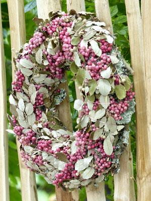 Herbstkranz mit Eichenblättern und rosa Pfefferbeeren