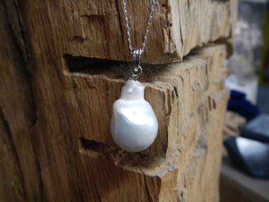 Pendentif or blanc et perle naturelle - création originale d'arès modèle du client