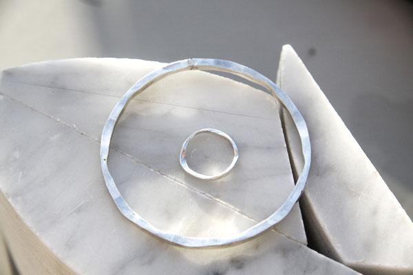 """""""Silver tire"""" Bague et bracelet  jonc destructurés en argent 925 - 75  et 120 euros"""