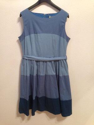 Blaues Kleid im 50er Jahre Stil