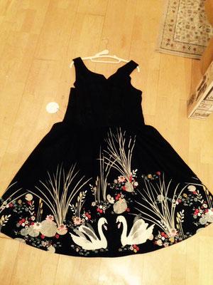 Wunderschönes Kleid mit Schwänen