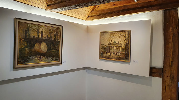 Vorn rechts im gr. Ausstellungsraum