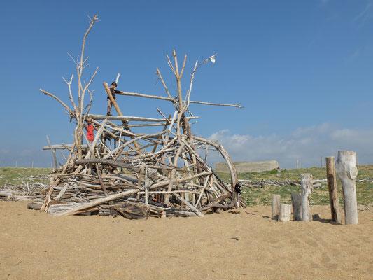 cabane de plage avec observatoire, 100% matériaux de plage, réalisée sans outils