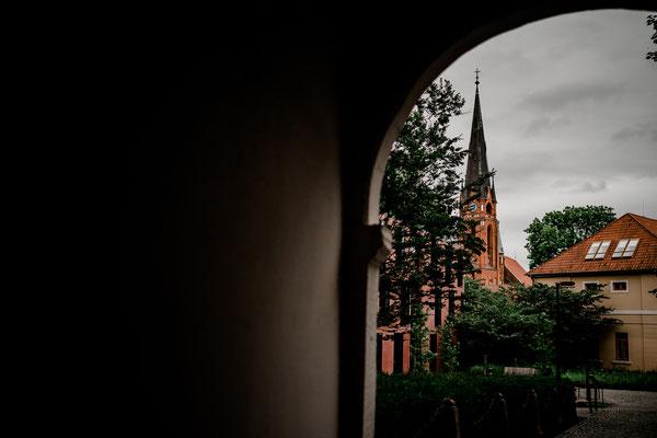 Hamburg, Winsen, Luhe, Schloss, Standesamt, Trauung, Hochzeit, Corona, Standesamtliche, Fotografin, Reportage, Real Wedding, realwedding, Brautpaar, Wasser, Schlosspark, corona, lokation, aussicht, Kirche, Kirchenturm
