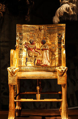 Les Égyptiens de l'Antiquité considéraient l'or comme la chair des dieux. De grandes quantités d'or ont été retrouvées dans les tombeaux des pharaons d'Egypte. La Bible parle du veau d'or fait par les Israélites à leur sortie d'Egypte.