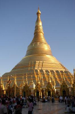 stupa dans temple bouddhiste en Birmanie -  les édifices religieux de Babylone la grande sont luxueux et ont une valeur inestimable.
