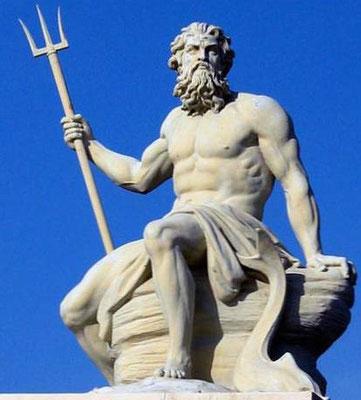 Quant aux dieux grecs, ils sont assimilés aux dieux romains existants. C'est ainsi que Jupiter est assimilé à Zeus, Poséidon devient l'équivalent du dieu de la mer Neptune, Artémis est assimilée à Diane, Dionysos à Bacchus.