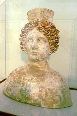 La maîtresse du ciel est identifiée à Inanna (Sumeriens), Anat (Egyptiens), Ashtart ou Astarté (phéniciens), Aphrodite (Grecs), Vénus (Romains), Tanit (cartaginois), Ashtoreth (Cananéens), Ashéra (Ugarit), Dercétis ou Atargatis (Syrie), Turan (Etrusques)