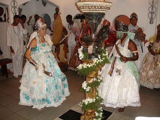 Syncrétisme religieux. Le Vaudou issu des cultes animistes africains (Bénin, Togo, puis Cuba, Haïti, Brésil, Louisiane, Afrique du nord) avec environ 50 millions de pratiquants dans le monde.