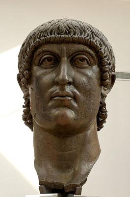 Au printemps 313, Constantin 1er (empereur d'Occident) et Licinius (empereur d'Orient) signent l'édit de Milan qui reconnaît la liberté de religion à tous les sujets de l'empire et qui restitue aux chrétiens tous les biens confisqués.