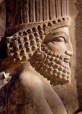 Daniel prospéra sous le règne de Darius, c'est-à-dire de Cyrus le Perse. Darius le Mède dirige Babylone pendant que Cyrus le Perse continue ses conquêtes vers l'Inde.