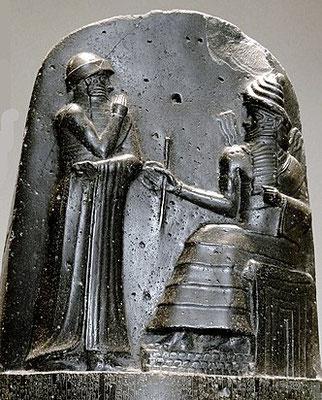 Shamash : dieu soleil sumérien symbolisé par un disque rayonnant, il est le seigneur de la justice. Larsa et Sippar sont ses villes dévouées. Il est logiquement représenté sur le Code de Hammurabi dictant ses lois au même roi.