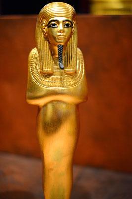 L'or est un métal noble, précieux et rare. Il est doré et brillant. Il est utilisé en orfèvrerie depuis le début de l'Antiquité pour créer des bijoux et des objets de luxe. L'or est précieux et recherché, il est un symbole de richesse.